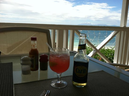 Dennis Cocktail Bar & Restaurant: cold drinks on a beautiful beach