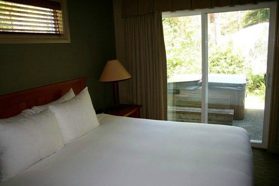 Long Beach Lodge Resort : cottage bedroom and hot tub