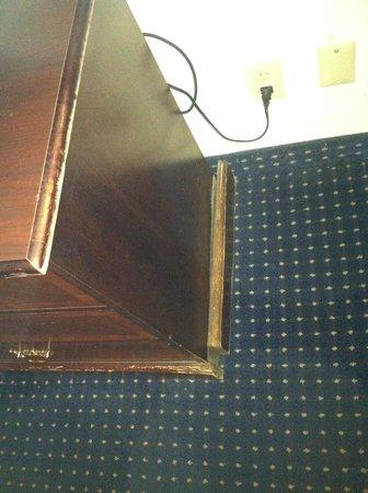 Days Inn Savannah -  Abercorn Southside: Broken Dresser
