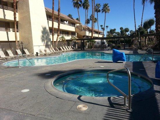Vagabond Inn Palm Springs: Pool and hot tub