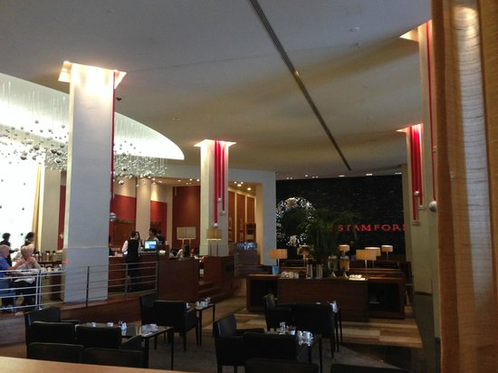Stamford Plaza Auckland : Reception and bar area