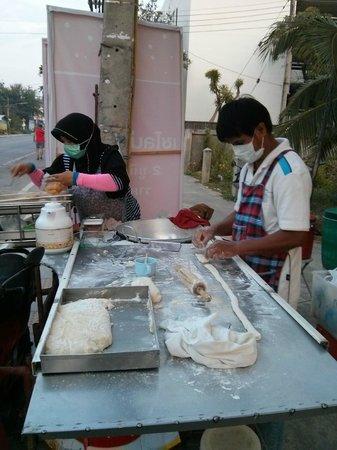 Ruenkanok Thai House: Fresh street vendor doughnuts