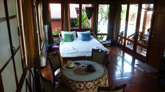 Ruenkanok Thai House: Downstairs living area with loungers put together and windows everywhere