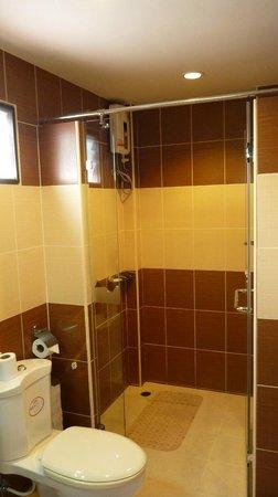 Ruenkanok Thai House: Bathroom downstairs