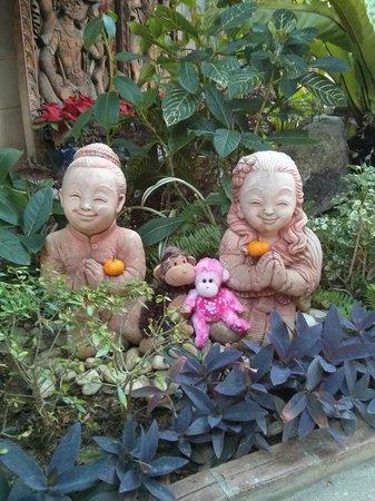 Ruenkanok Thai House : Having fun in the garden