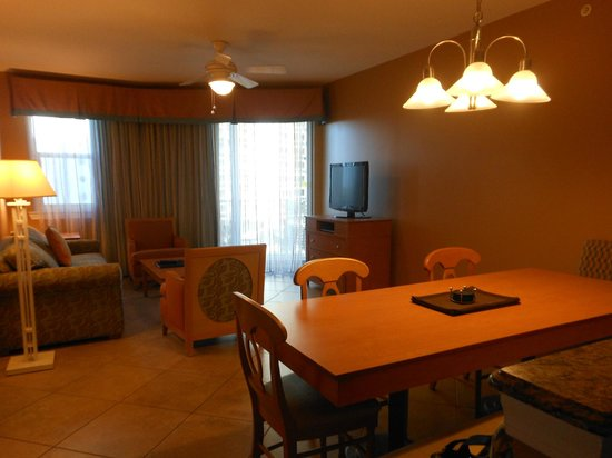 Wyndham Vacation Resorts Majestic Sun: Dining and Family Room Area