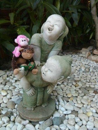 Ruenkanok Thai House : Another play mate in the garden