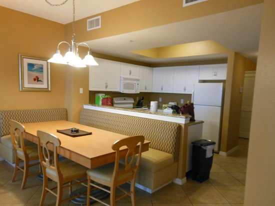 Wyndham Vacation Resorts Majestic Sun: Kitchen and Dining Area