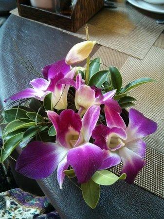 Ruenkanok Thai House : Fresh orchids at breakfast