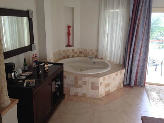 Majestic Elegance Punta Cana : Jacuzzi in room