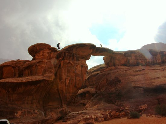 Burdah Bridge Wadi Rum : 石橋を登り、渡る
