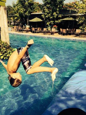 Los Arroyos Verdes : Flip in the pool