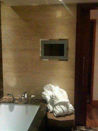 Mandarin Oriental, Geneva: Bathroom tele