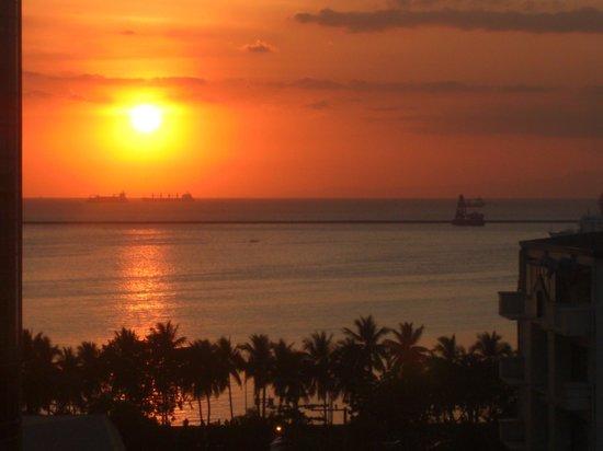 Palm Plaza Hotel: ホテルの部屋の窓から観たマニラ湾の日没