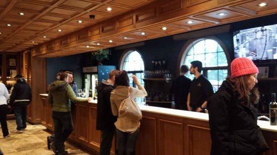Konzelmann Estate Winery: Nice tasting bar