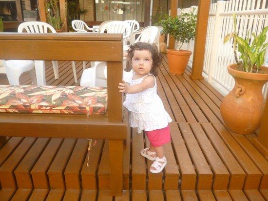 Hotel Pousada Silene: Deck al costado de la pileta, todo mas que seguro para estar con niños :)