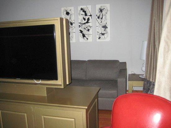 Hotel Preciados: TV in sitting area.