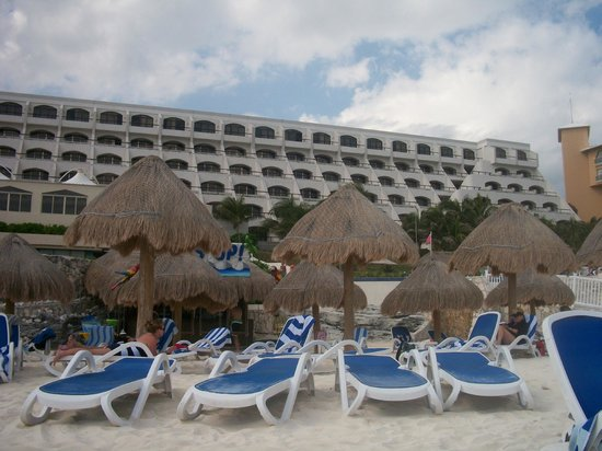 Golden Parnassus All Inclusive Resort & Spa Cancun: View from outside hot tub by pool to hotel