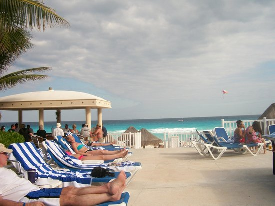 Golden Parnassus All Inclusive Resort & Spa Cancun: View from pool to Tiki Bar and beach