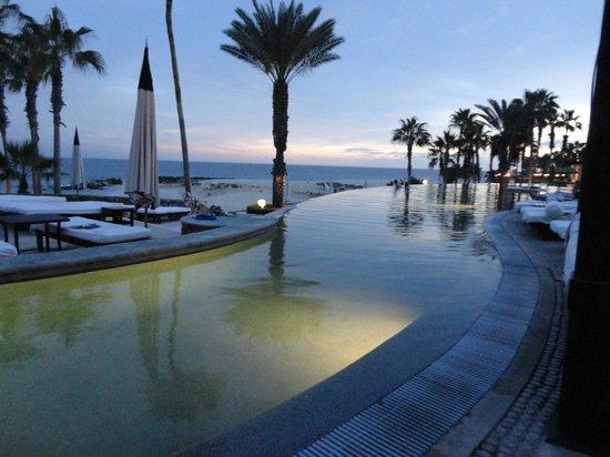 Hilton Los Cabos Beach & Golf Resort : Left side of Infinity pool facing ocean.