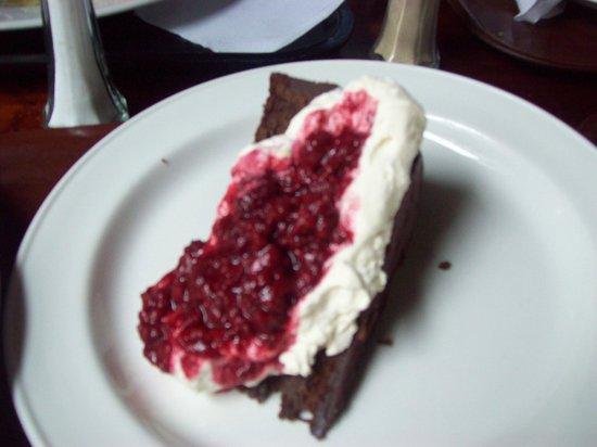 O'Connors Pub Doolin : Chocolate raspberry cake with cream.