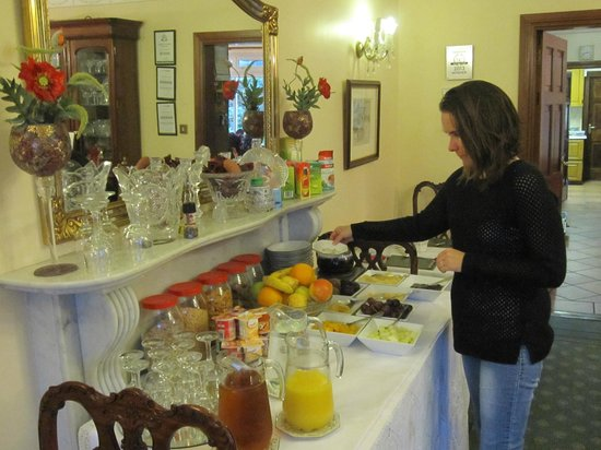 Marless House Bed & Breakfast : cold breakfast buffet