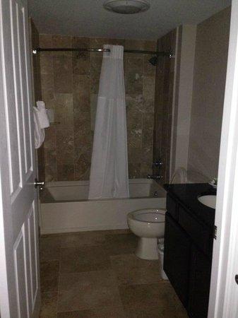 Bluegreen Fountains Resort: Guest Bathroom