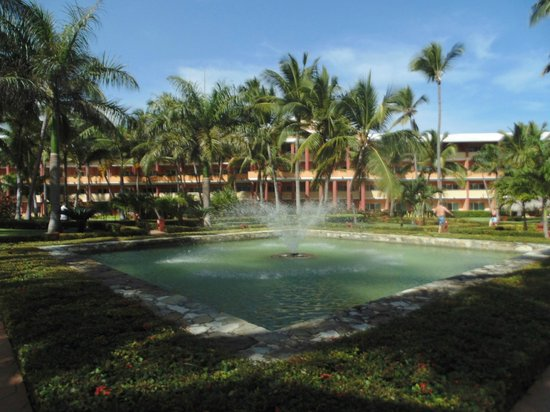 Iberostar Dominicana Hotel: Fountain in front of main building