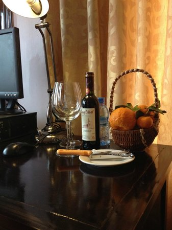 Sapa Paradise View Hotel: complimentary wine and fruits