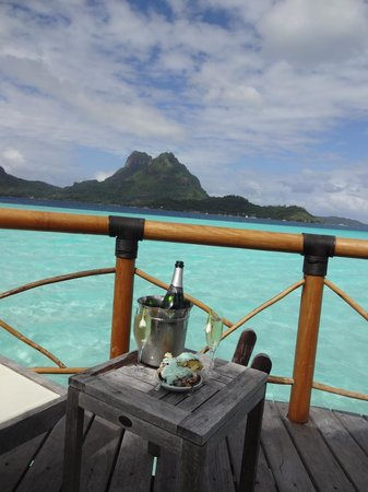 Bora Bora Pearl Beach Resort & Spa : Brought the top tier of our wedding cake with us for an unbelievable 1 year anniversary in parad