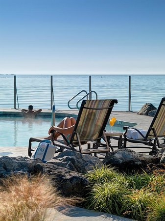 Oak Bay Beach Hotel: A day by the pools