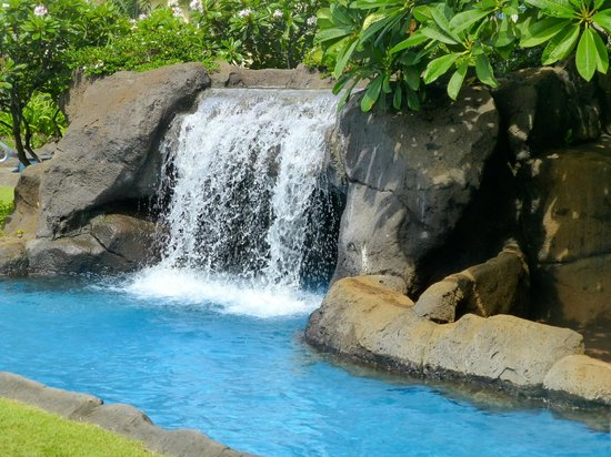 Waipouli Beach Resort: Waterfall in pool area - cave behind it!