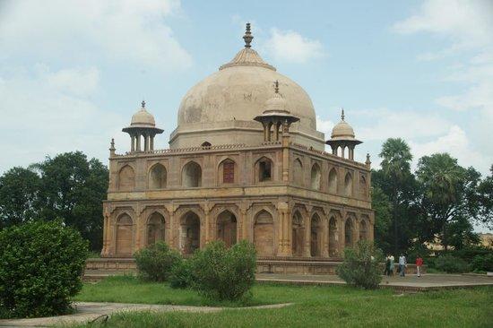 Hotel Star Regency: A Mughal tomb, Khusru Bagh (Allahabad)