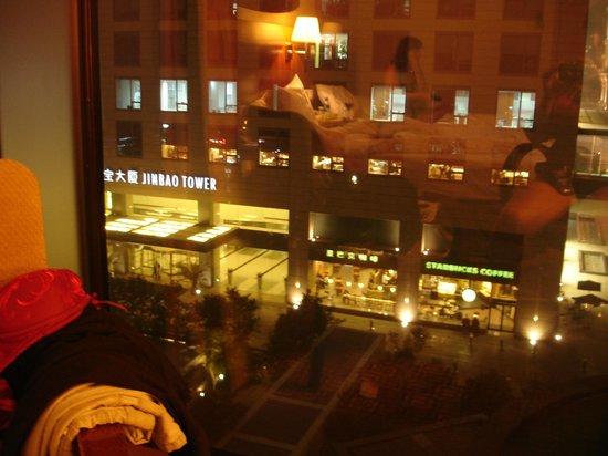 Park Plaza Beijing West : Вид из номера на кафе Старбакс