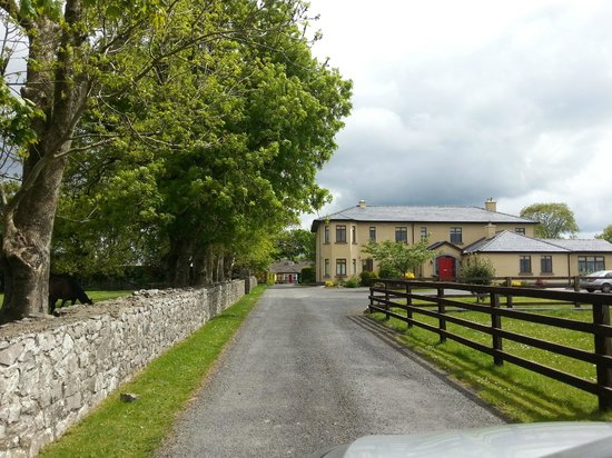 Cahergal Farmhouse: View of B and B coming down the driveway