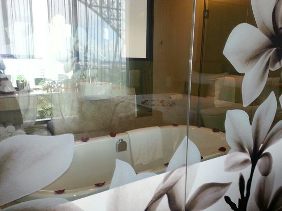 Crowne Plaza Changi Airport: you can see bathroom from the room