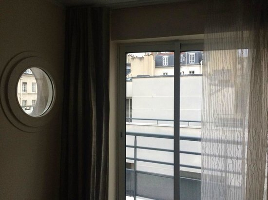 Hotel Jardins d'Eiffel: We love the windows of all shapes and sizes!