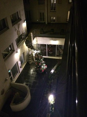 Hotel Jardins d'Eiffel: View of the courtyard from our suite