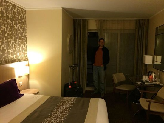 Hotel Jardins d'Eiffel: Hubby enjoying our suite