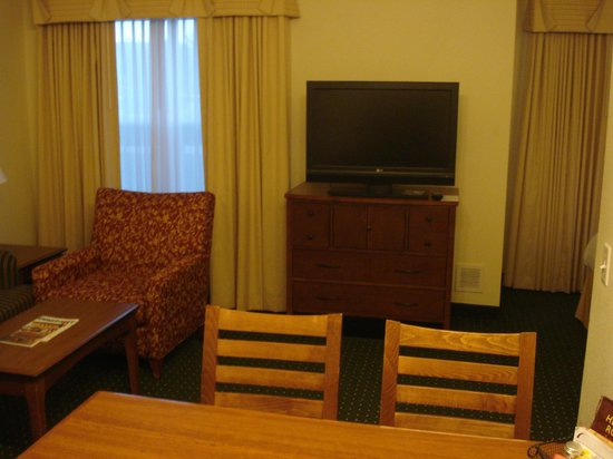 Residence Inn Denver Airport: RI Den Airport Room 106 living room/TV
