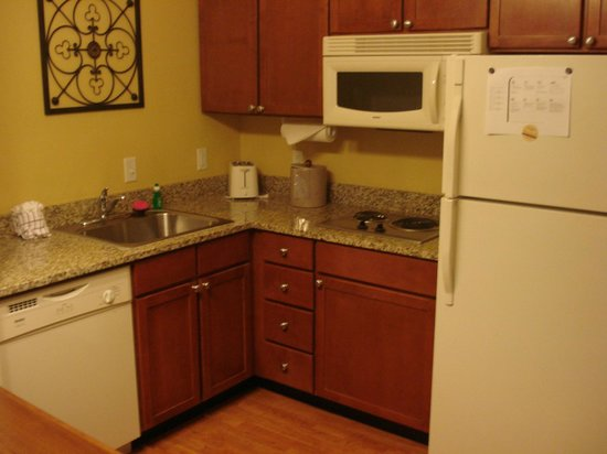 Residence Inn Denver Airport: RI Den Airport Room 106 kitchen