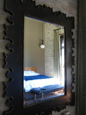 The Brewhouse Inn & Suites: Bedroom mirror