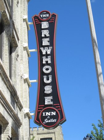 The Brewhouse Inn & Suites: Sign