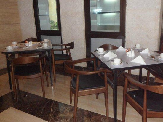 de JAVA Hotel: Restaurant tables