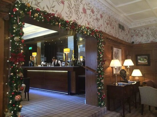 Cadogan Hotel: Looking from the Drawing Room into the bar