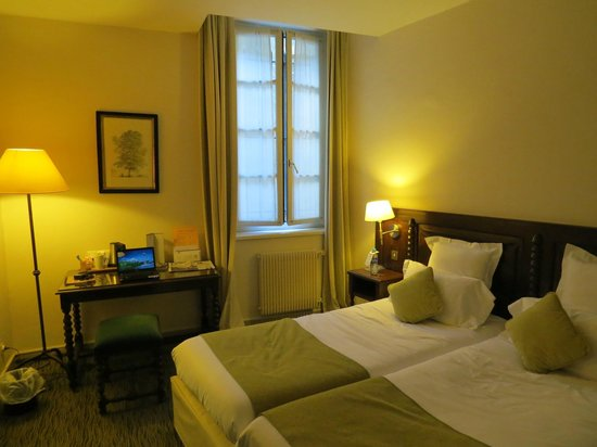 Best Western Le Donjon Les Remparts: Hotel room