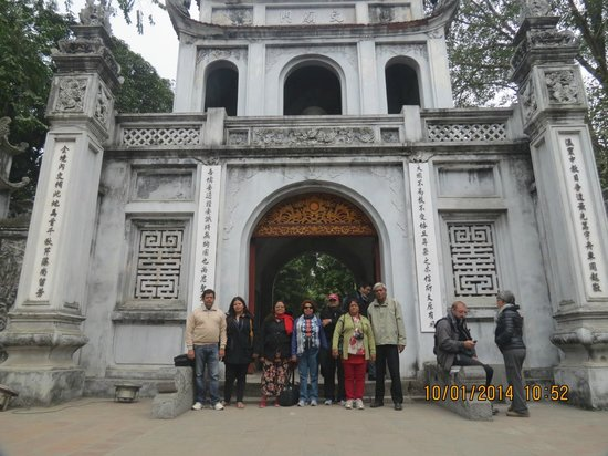 HanoiKids Tour : Entrance to The Temple of Literature