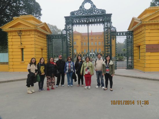 HanoiKids Tour : Outside the Presidential Palace