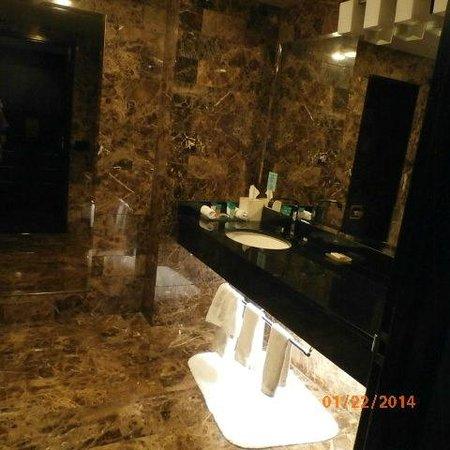 Grand Sierra Resort and Casino: large bathroom