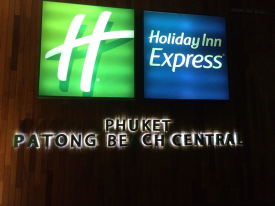 Holiday Inn Express Phuket Patong Beach Central: At night